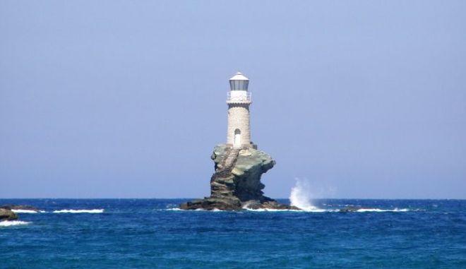 Μηχανή του Χρόνου: Πού βρίσκεται ο μοναδικός φάρος που κατασκευάστηκε σε βράχο μέσα στη θάλασσα