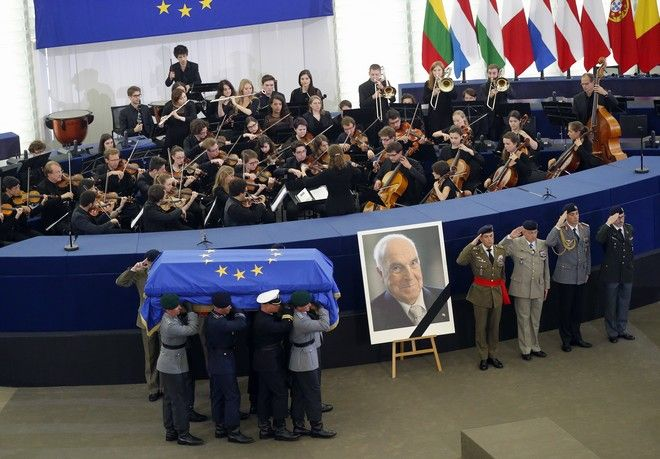 Soldiers carry the coffin of former German Chancellor Helmut Kohl, at the European ceremony in Strasbourg, eastern France, Saturday July 1, 2017. Current and former leaders from Europe and beyond are gathering in Strasbourg, France to bid farewell to former German Chancellor Helmut Kohl, who died June 16 at 87. (AP Photo/Michel Euler)