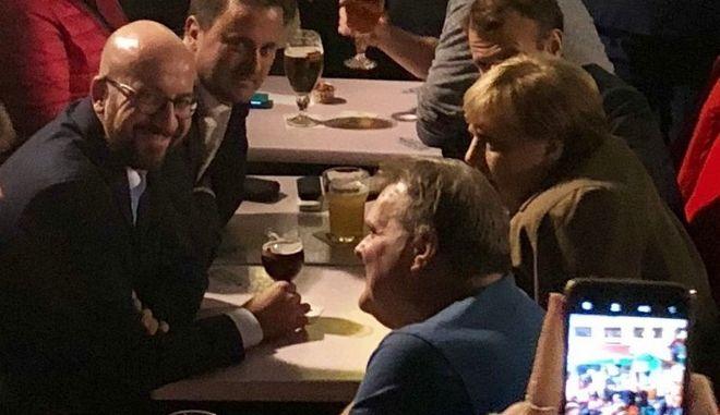 """Μέρκελ και Μακρόν για χαλαρό ποτάκι - """"Μη μας μιλάτε για Brexit"""""""
