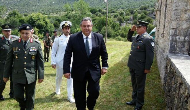 Ο Υπουργός Εθνικής Άμυνας Πάνος Καμμένος, συνοδευόμενος από τον Αρχηγό ΓΕΣ Αντιστράτηγο Βασίλειο Τελλίδη, παρέστη στις επετειακές εκδηλώσεις τιμής και μνήμης στο Σούλι. Εψάλη επιμνημόσυνη δέηση, ακολούθησε προσκλητήριο πεσόντων Σουλιωτών και κατάθεση στεφάνου. (EUROKINISSIΥΠΕΘΑ/ΔΝΣΗ ΕΝΗΜΕΡΩΣΗΣ)