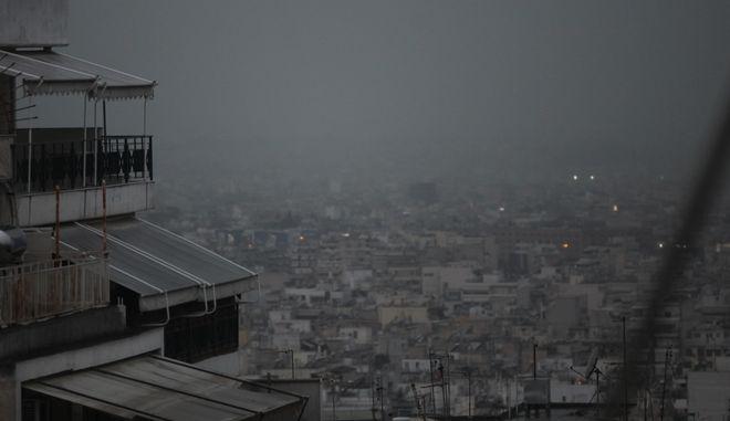 Ασυνηθιστα καιρικα φαινομενα για την εποχη επικρατουν σημερα στην Αθηνα