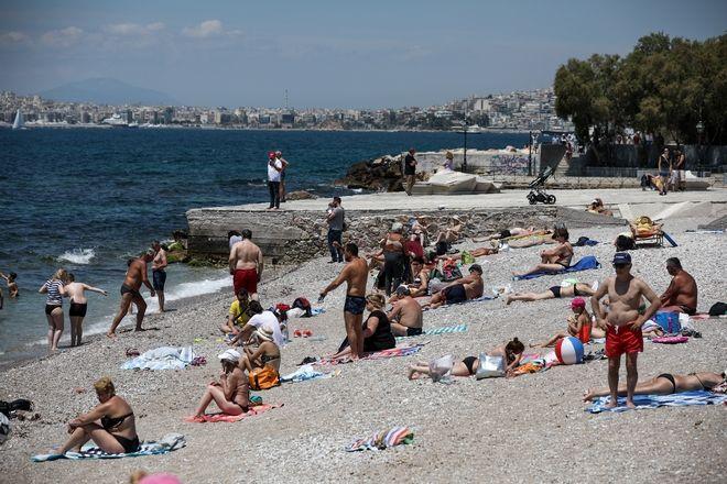 Κόσμος σε παραλία της Αττικής την Κυριακή 2 Ιουνίου 2019, ημέρα διεξαγωγής του β' γύρου των αυτοδιοικητικών εκλογών.
