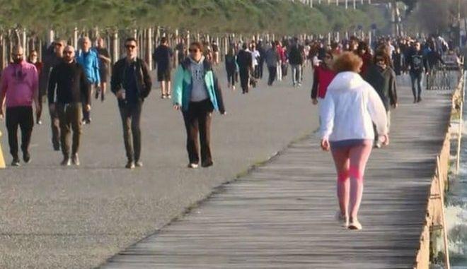 Κορονοϊός: Γεμάτη με κόσμο η παραλία Θεσσαλονίκης παρά τα μέτρα