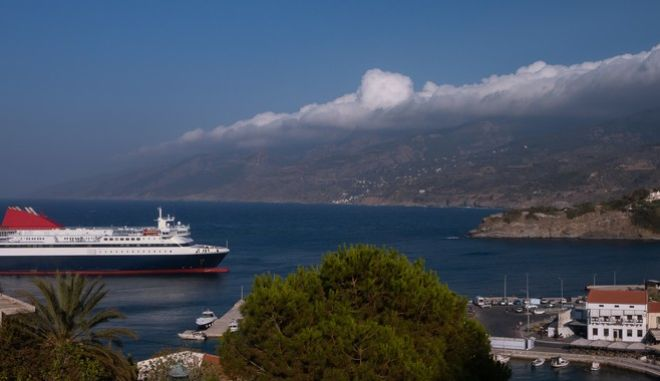 Πλοίο προσεγγίζει το λιμάνι της Ικαρίας (φωτό αρχείου)