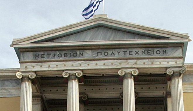 Αθηναίοι κάθε ηλικίας επισκέπτονται το Πολυτεχνείο για να αποτίσουν φόρο τιμής στους νεκρούς της εξέγερσης του 1973, Αθήνα 15 Νοεμβρίου 2009. Αρχισε ο τριήμερος εορτασμός της 36ης επετείου της εξέγερσης του Πολυτεχνείου.