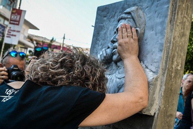 Η Μάγδα μπροστά στο μνημείο του Παύλου στο Κερατσίνι