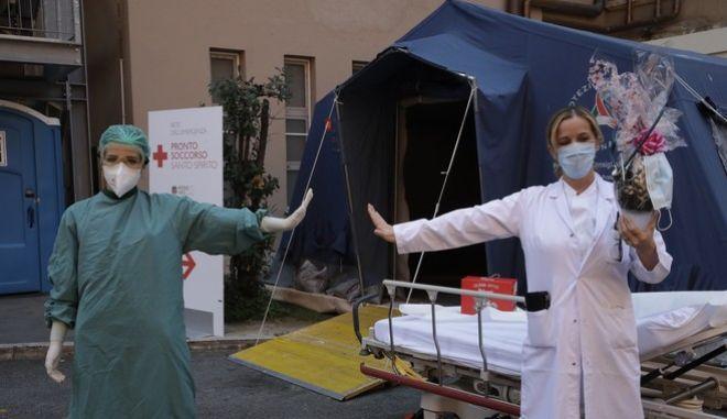 Γιατρός και νοσηλεύτρια στην Ιταλία (AP Photo/Alessandra Tarantino)