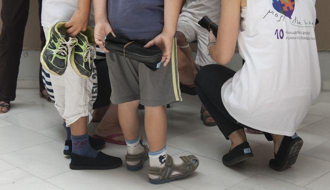 Το Μαζί για το Παιδί μοιράζει καινούρια παπούτσια σε άπορα παιδιά από την Θράκη έως την Κρήτη