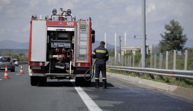 Πυροσβέστες καθαρίζουν το οδόστρωμα της Ε.Ο. Αθηνών - Λαμίας έπειτα από την απομάκρυνση στρατιωτικού οχήματος της Στρατονομίας που ανατράπηκε στο ύψος της Μαλακάσας, στο πλαίσιο διατεταγμένης υπηρεσίας με αποτέλεσμα ένας απο τους δυο επιβαίνοντες να χάσει την ζωή του την Τρίτη 18 Απριλίου 2017. Σύμφωνα με πληροφορίες το τζιπ συνόδευε αρματοφορέα και κατευθυνόταν προς Χαλκίδα. Όπως αναφέρει ανακοίνωση του ΓΕΣ στις 18 Απριλίου 2017 και ώρα 08:30, στρατιωτικό όχημα της Στρατονομίας που εκινείτο στην Εθνική Οδό Αθηνών - Λαμίας (περίπου στο ύψος της Μαλακάσας), στο πλαίσιο διατεταγμένης υπηρεσίας, εξετράπη της πορείας του, με αποτέλεσμα τον θανάσιμο τραυματισμό του ενός εκ των δύο επιβαινόντων και τον τραυματισμό του άλλου. (EUROKINISSI/ΓΙΩΡΓΟΣ ΚΟΝΤΑΡΙΝΗΣ)