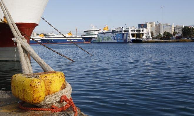 Δεμένο πλοίο στο λιμάνι του Πειραιά