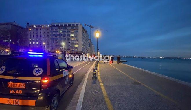 ΕΚΑΒ και αστυνομία στο σημείο όπου έπεσε να κολυμπήσει ο ηλικιωμένος στη Θεσσαλονίκη