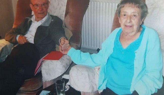 Ηλικιωμένο ζευγάρι έζησε μαζί 67 χρόνια - Πέθαναν την ίδια μέρα με διαφορά 90' λεπτών