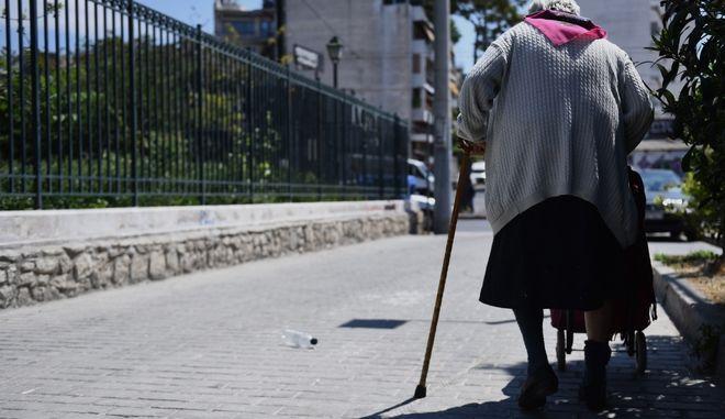 Ηλικιωμένη στο κέντρο της Αθήνα (Ευρωκίνηση)