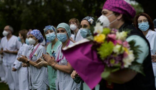 Νοσηλευτές στην Ισπανία τιμούν τη μνήμη πρώην συναδέλφου τους που έχασε τη ζωή του