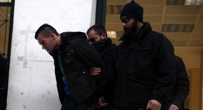 Ο Στεφάν Ματασαρενάου ο οποίος συνελήφθη για την δολοφονία του συγγραφέα Μένη Κουμανταρέα, στην έξοδο του από τα γραφεία του ανακριτή συνοδεία αστυνομικών, την Παρασκευή 9 Ιανουαρίου 2015. (EUROKINISSI/ΑΛΕΞΑΝΔΡΟΣ ΖΩΝΤΑΝΟΣ)
