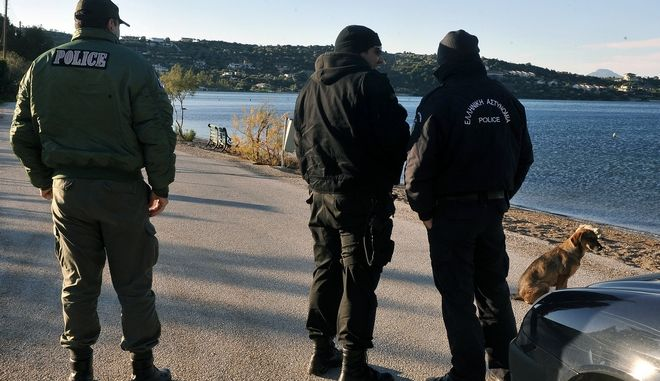 Έρευνες από αστυνομικούς στο κρυσφήγετο του Χριστόδουλου Ξηρού στην Λίμνη Βουλιαγμένης στο Λουτράκι την Τρίτη 6 Ιανουαρίου 2015. (EUROKINISSI)