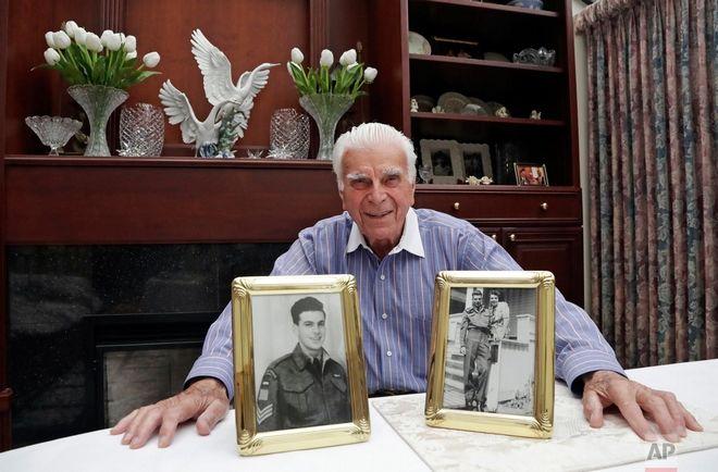 Στη φωτογραφία που τραβήχτηκε στις 20 Μαΐου, ο Harold Kirby ποζάρει με μία φωτογραφία της μητέρας του με τον ίδιο στην ηλικία των 17 και από την άλλη έχει ένα πορτραίτο του μετά τον πόλεμο στο σπίτι του στον Καναδά. Ο Kirby ήταν μόλις 17 όταν μπήκε στον στρατό και στην ηλικία των 19 συμμετείχε στην απόβαση στη Νορμανδία.