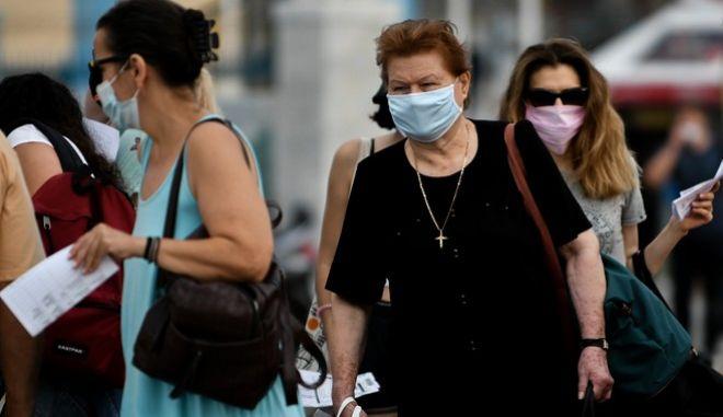 Πολίτες με μάσκα (φωτογραφία αρχείου)