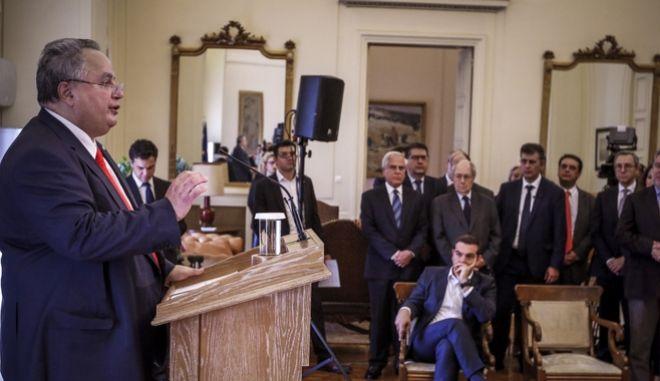 Τελετή παράδοσης - παραλαβής στο υπουργείο Εξωτερικών. Στο βήμα ο Νίκος Κοτζιάς