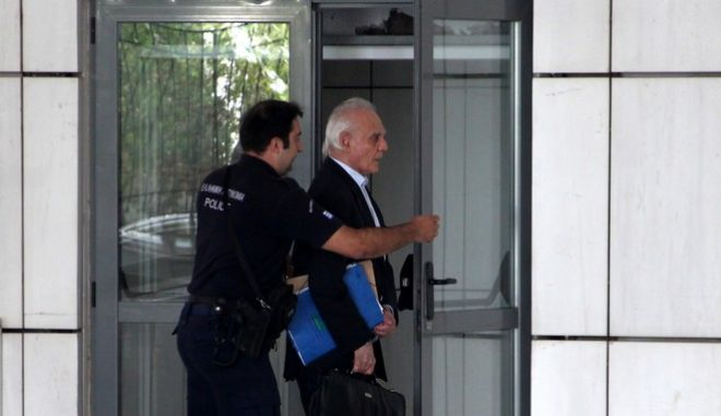 Ο Άκης Τσοχατζόπουλος στο Εφετείο, την Τετάρτη 14 Οκτωβρίου 2015. Το πενταμελές Εφετείο κακουργημάτων υιοθετώντας την πρόταση της εισαγγελέως, αποφάσισε την αποφυλάκιση τςη Βίκυς Σταμάτη μετά από 3 χρόνια κράτησης και 6 αιτήματα χωρίς αποτέλεσμα. Η Βίκυ Σταμάτη αποφυλακίζεται με τους περιοριστικούς όρους της απαγόρευσης εξόδου από τη χώρα, της υποχρεωτικής εμφάνισης τρεις φορές το μήνα στο Αστυνομικό Τμήμα, της αφαίρεσης διαβατηρίου, της υποχρεωτικής διαμονής στη διεύθυνση που δήλωσε στο δικαστήριο και της εγγυοδοσίας ύψους 50.000 ευρώ. (EUROKINISSI/ΑΛΕΞΑΝΔΡΟΣ ΖΩΝΤΑΝΟΣ)