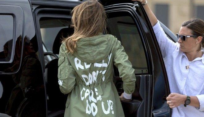 Η Μελάνια Τραμπ με το μπουφάν που έκανε πάταγο