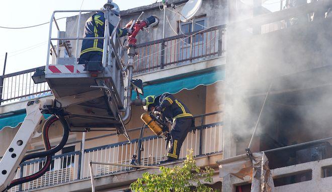 Επιχείρηση της πυροσβεστικής σε διαμέρισμα (φωτογραφία αρχείου)