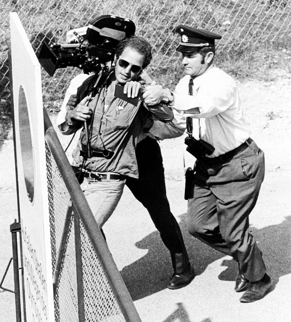 Δυτικογερμανός αστυνομικός απομακρύνει κάμεραμαν που τραβούσε πλάνα έξω από το Ολυμπιακό χωριό του Μονάχου, κατά την ομηρία Ισραηλινών αθλητών από Παλαιστίνιους τρομοκράτες (5/9/1972).