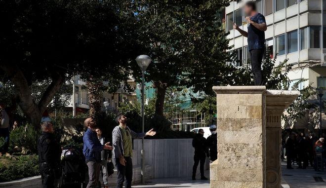 Άνδρας απειλούσε να αυτοπυρποληθεί σε πλατεία στο Ηράκλειο Κρήτης, Δευτέρα 11 Φεβρουαρίου 2019. (EUROKINISSI/ ΣΤΕΦΑΝΟΣ ΡΑΠΑΝΗΣ)