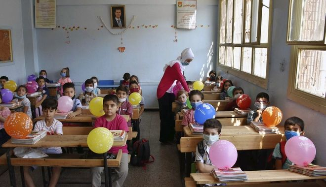 Μαθητές παρακολουθούν ένα μάθημα την πρώτη τους μέρα πίσω στο σχολείο, στο Homs, Συρία, Κυριακή, 13 Σεπτεμβρίου 2020. Περισσότεροι από 3 εκατομμύρια μαθητές πήγαν στο σχολείο σε κυβερνητικές περιοχές εν μέσω αυστηρών μέτρων για την πρόληψη της εξάπλωσης του κορονοϊού.