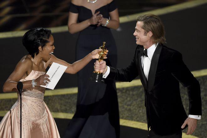 Η Regina King δίνει στον Brad Pitt το Όσκαρ Β' Ανδρικού Ρόλου