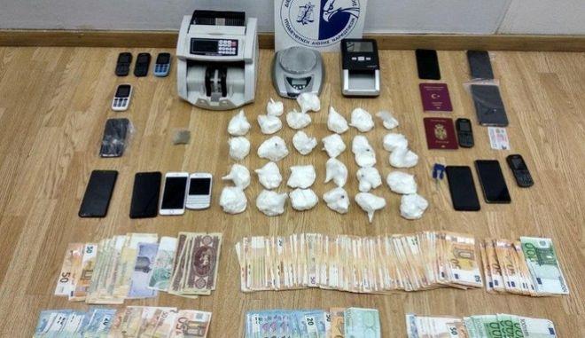 Καρτέλ ναρκωτικών έφερνε από το Εκουαδόρ και την Ασία κοκαΐνη και ηρωίνη στην Ευρώπη