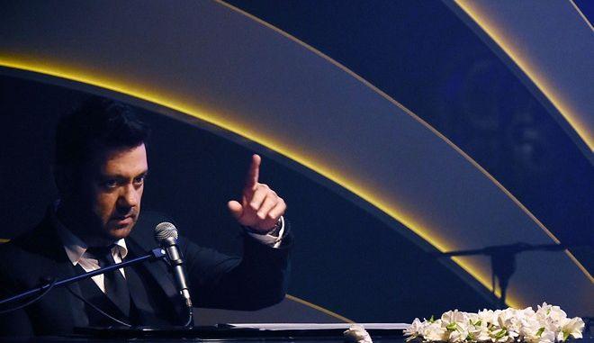 Ο συνθέτης Γιώργος Θεοφάνους σε εμφάνισή του σε νυχτερινό κέντρο