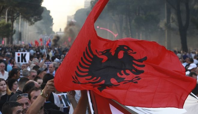 Στιγμιότυπο από αντικυβερνητική διαδήλωση στα Τίρανα τον Ιούνιο