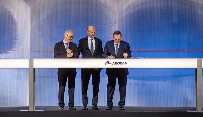 Από αριστερά ο κ. Δημήτρης Γερογιάννης, Διευθ. Σύμβουλος AEGEAN, ο κ. Tom Enders, Διευθύνων Σύμβουλος της Airbus και ο Πρόεδρος της AEGEAN κ. Ευτύχιος Βασιλάκης τη στιγμή που υπογράφει την συμφωνία με την Airbus για την παραγγελία έως 42 νέων αεροσκαφών Α320neo, συνολικής αξίας 5 δισ. δολαρίων σε τιμές καταλόγου