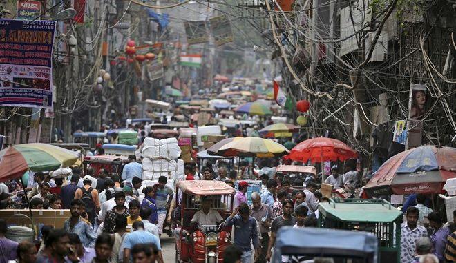 Πολυσύχναστη αγορά στο Νέο Δελχί της Ινδίας