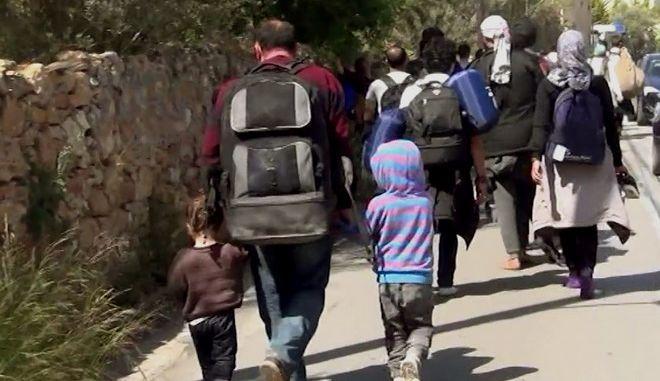 Πάνω από 500 πρόσφυγες,έριξαν τον φράχτη στο hot spot  της Χίου και έφυγαν με κατεύθυνση το λιμάνι.Οι πρόσφυγες δηλώνουν πως θα παραμείνουν εκεί με σκοπό να επιβιβαστούν σε πλοίο για τον Πειραιά,Παρασκευή 1 Απριλίου 2016 (EUROKINISSI/ΣΥΝΕΡΓΑΤΗΣ)