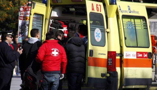 Τραυματίας αστυνομικός μεταφέρεται μακριά από την απεργιακή συγκέντρωση στην πλατεία Κλαυθμώνος, Τρίτη 17 Ιανουαρίου 2012, στο πλαίσιο της 24ωρης παναττικής απεργίας των Εργατικών Κέντρων Αττικής, για τα προωθούμενα μέτρα της κυβέρνησης. (EUROKINISSI /ΓΙΩΡΓΟΣ ΚΟΝΤΑΡΙΝΗΣ)