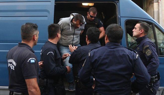 Στον εισαγγελέα οι απαγωγείς Λεμπιδάκη - Τους αποδοκίμασαν εκατοντάδες κρητικοί eis1