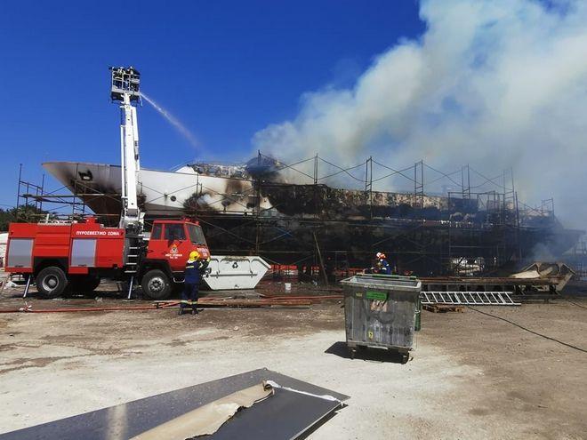 Σύρος: Έκρηξη σε ναυπηγείο - Καταστράφηκε θαλαμηγός