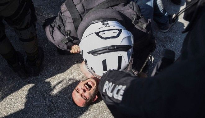 Ωμή καταστολή στο ΑΠΘ: Έσερναν και ψέκαζαν ημίγυμνο διαδηλωτή
