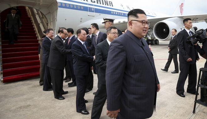 Η στιγμή άφιξης του Κιμ Γιονγκ Ουν στη Σιγκαπούρη