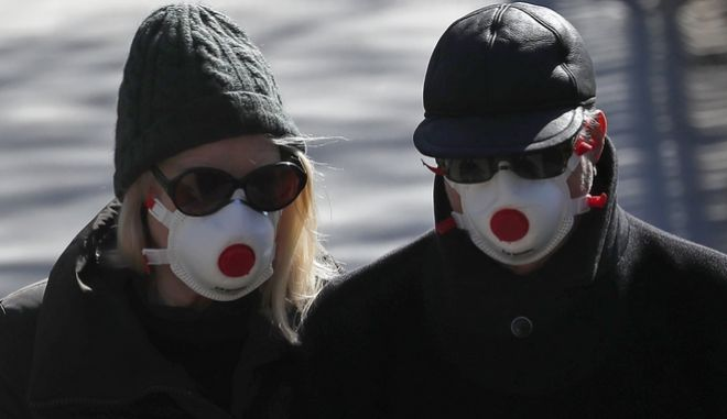 Βρετανοί πολίτες με μάσκες στο Λονδίνο