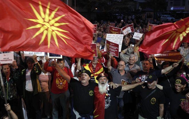 Πολίτες που αντιτίθενται στην συμφωνία των Πρεσπών για την μετονομασία της πΓΔΜ σε Βόρεια Μακεδονία διαδηλώνουν στην πόλη των Σκοπίων, Ιούνιος 2018