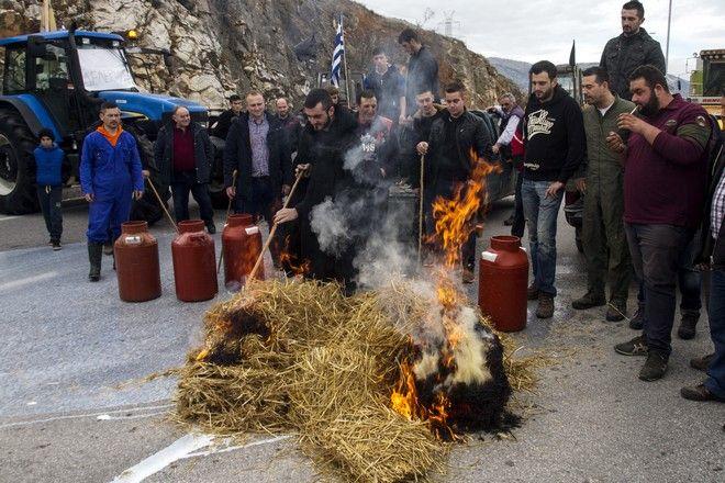 ΛΑΡΙΣΑ-Κτηνοτρόφοι από την ευρύτερη περιοχή του Τυρνάβου προχώρησαν σήμερα το πρωί του Σαββάτου 4 Φεβρουαρίου  σε διαμαρτυρία για τα προβλήματα που αντιμετωπίζουν, συντασσόμενη με τον αγώνα των αγροτών που έχουν εδώ και ημέρες στήσει μπλόκο στην εθνική οδό Λάρισας β Κοζάνης, στο ύψος της Μελούνας.(EUROKINISSI/ΜΙΧΑΛΗΣ ΜΠΑΤΖΙΟΛΑΣ)
