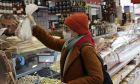 Γυναίκα στην Άγκυρα ψωνίζει στο σούπερ μάρκετ φορώντας μάσκα