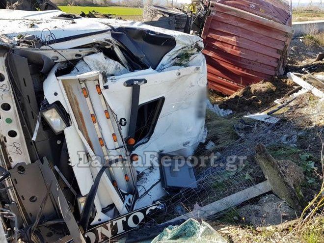 Λαμία: Σοβαρό τροχαίο - Διαλύθηκε η νταλίκα, σώθηκε ο οδηγός