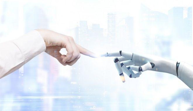 Άνθρωπος και ρομπότ έρχονται σε επαφή ενώνοντας τα δάχτυλά τους