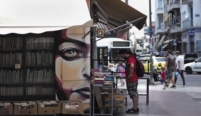 Άντρας κοιτάζει βιβλία στο Μοναστηράκι