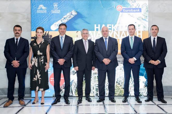 Από αριστερά προς τα δεξιά διακρίνονται:  Ο Αντιπρόεδρος του ΑΔΜΗΕ και Γενικός Διευθυντής της Αριάδνη Interconnection, κ. Γιάννης Μάργαρης, η Γενική Γραμματέας Ενέργειας και Ορυκτών Πρώτων Υλών, κα Αλεξάνδρα Σδούκου, ο Διευθύνων Σύμβουλος της Eurobank κ. Φωκίων Καραβίας, ο υφυπουργός Περιβάλλοντος και Ενέργειας, κ. Γεράσιμος Θωμάς, ο Πρόεδρος του Διοικητικού Συμβουλίου της Eurobank κ. Γιώργος Ζανιάς, ο Πρόεδρος και Διευθύνων Σύμβουλος του ΑΔΜΗΕ και Πρόεδρος της Αριάδνη Interconnection, κ. Μάνος Μανουσάκης και ο Αναπληρωτής Διευθύνων Σύμβουλος και επικεφαλής Group Corporate & Investment Banking της Eurobank, κ. Κωνσταντίνος Βασιλείου