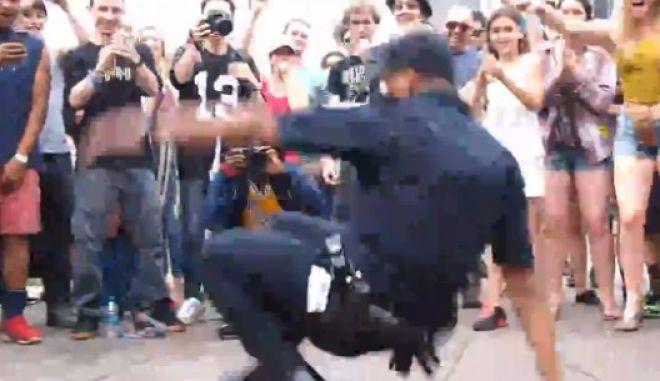 Να αστυνομικός, να μάλαμα! Χορεύει breakdance και ξεσηκώνει τα πλήθη